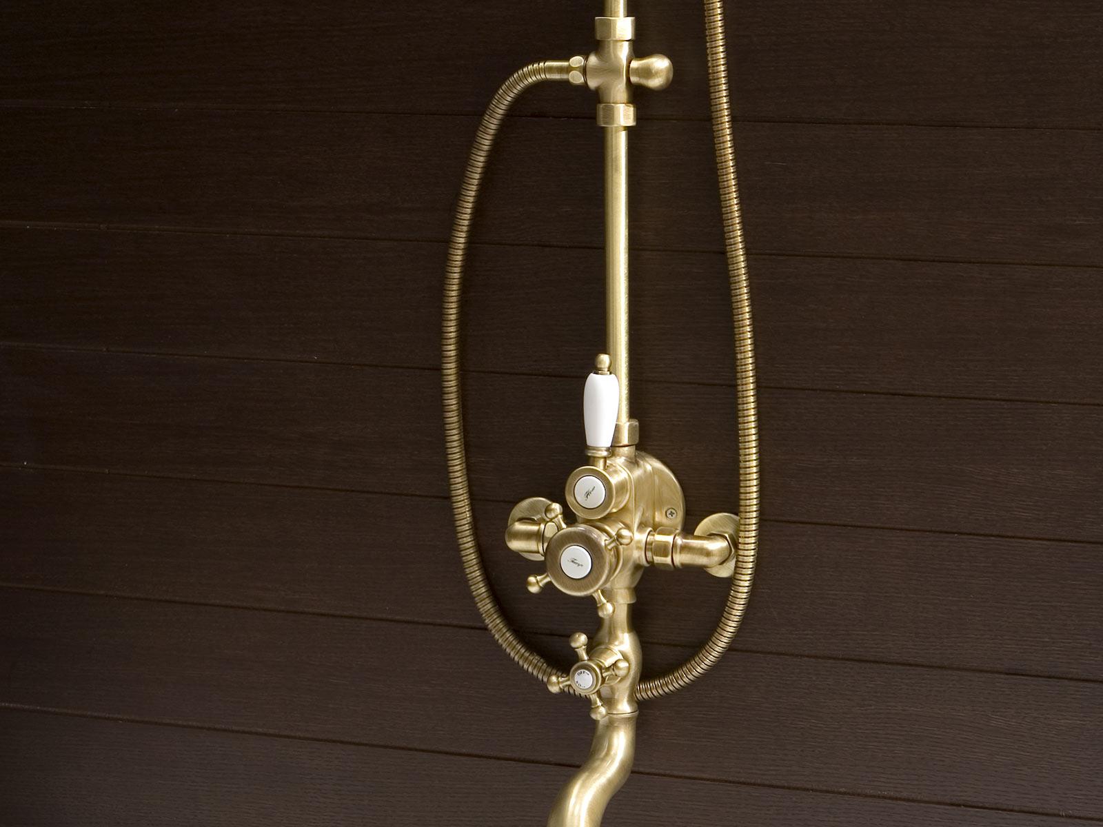 Detalle Conjunto ducha termostatico mural Florencia, acabado bronce.