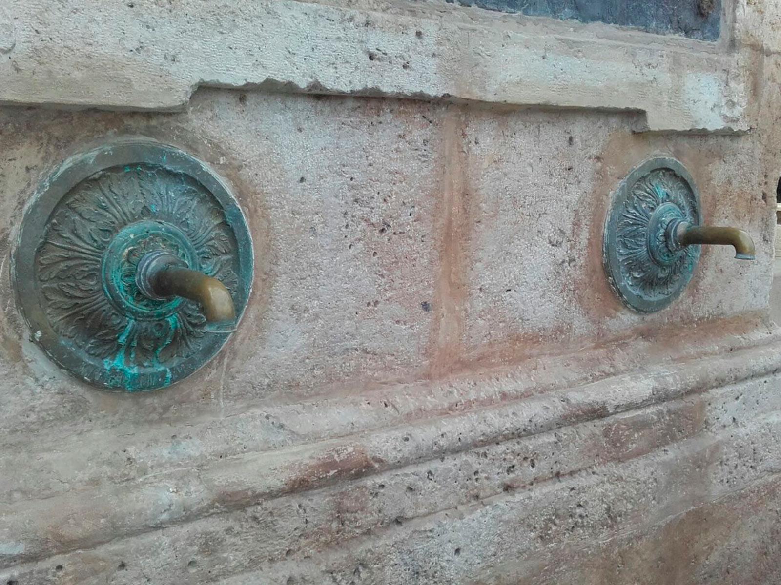 Caño de lavabo Época, acabado bronce viejo o oro viejo